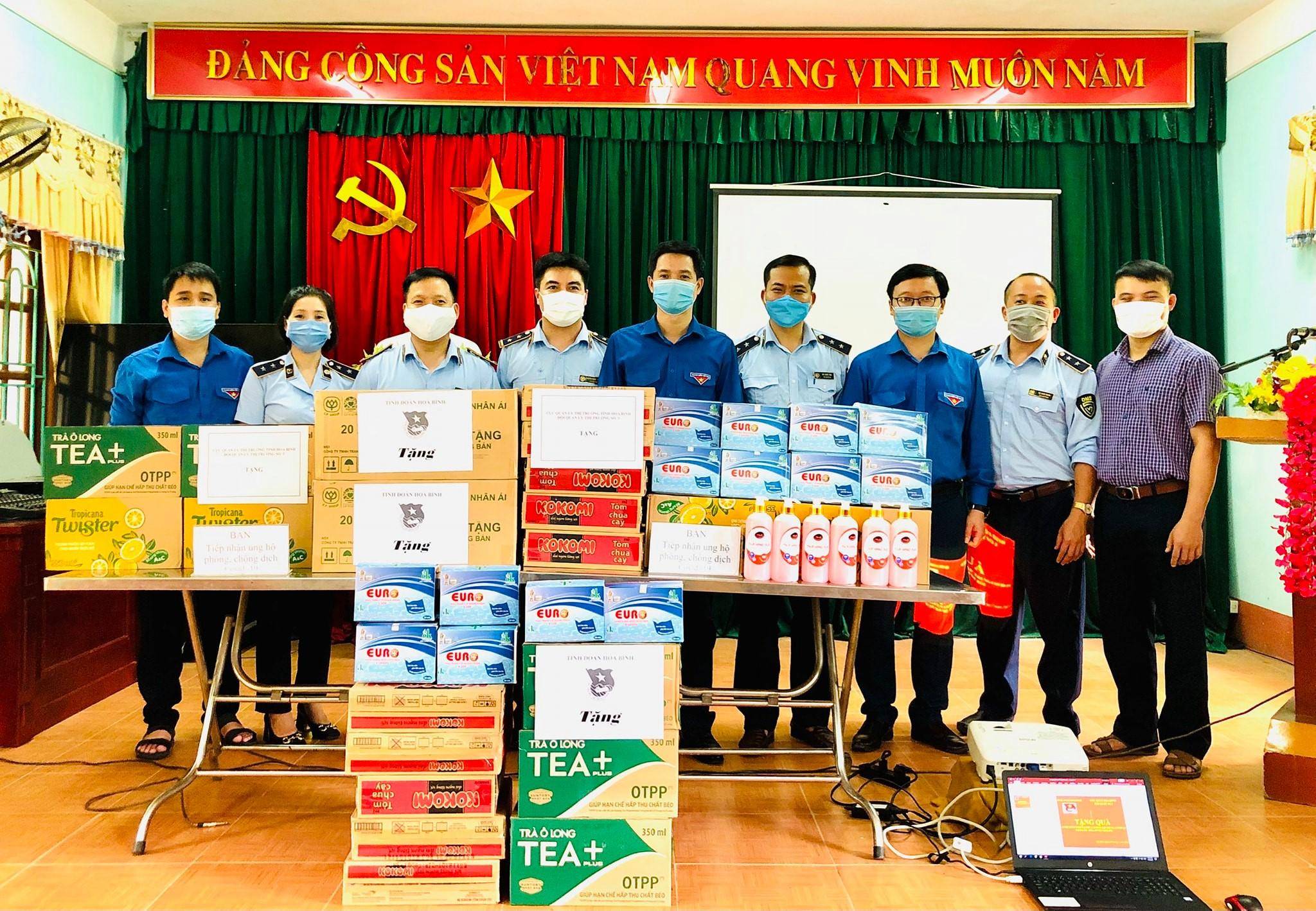 Đội QLTT số 3 (địa bàn huyện Kim Bôi) thăm hỏi, hỗ trợ chốt kiểm dịch, khu cách ly tập trung Covid-19