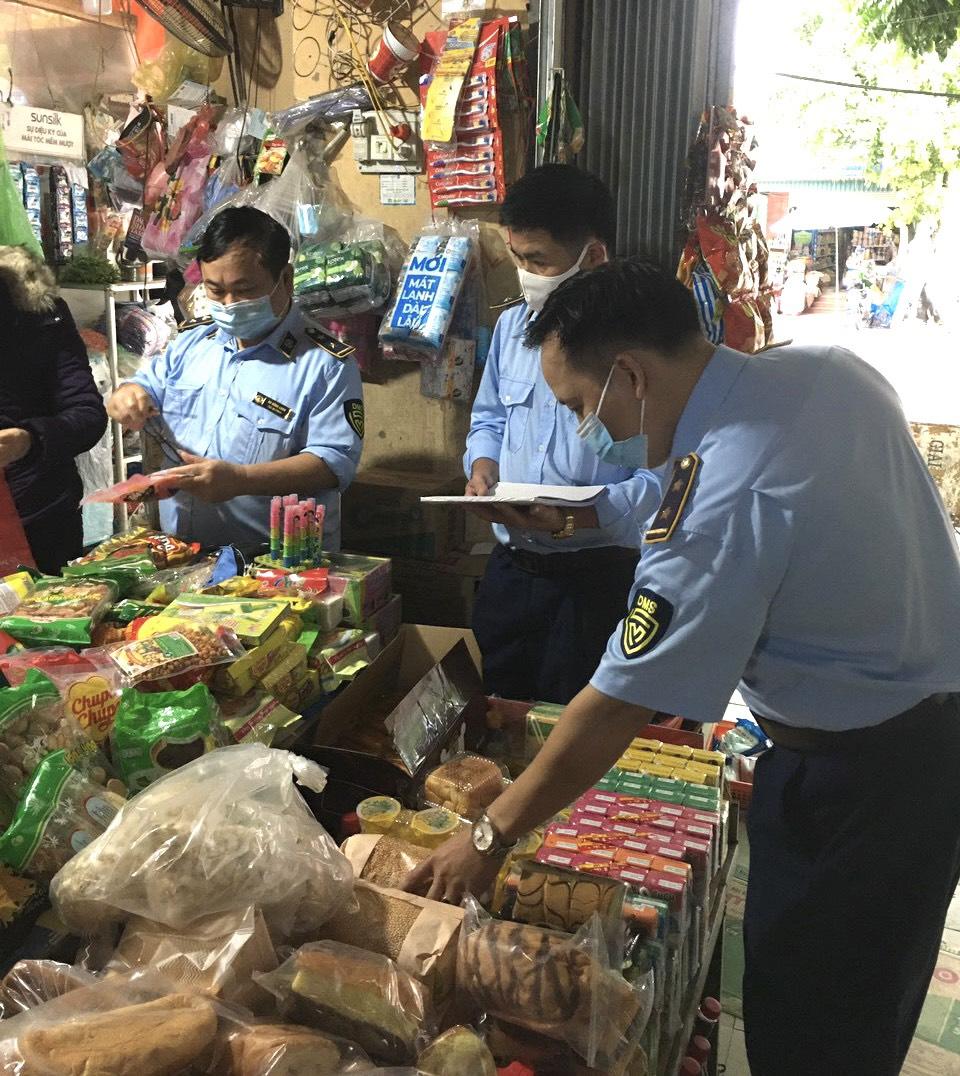 Đội QLTT số 3 (địa bàn huyện Lạc Thủy) tăng cường kiểm tra và xử lý vi phạm trên địa bàn